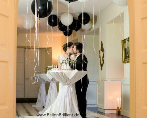 Paar-Hochzeit-Kuss-683x1024
